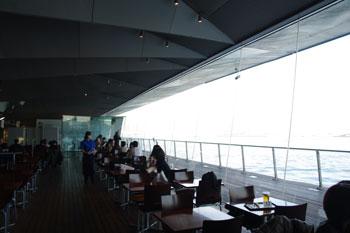 横浜港大さん橋にあるカフェ「ハーバーズカフェ」の店内