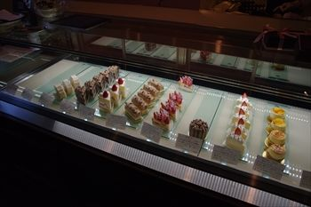 石川町にある洋菓子店「パティスリー・レ・ビアン・エメ 」の店内