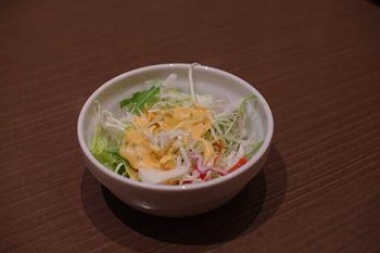 キュービックプラザ新横浜の「インド料理 マハラジャ」のサラダ