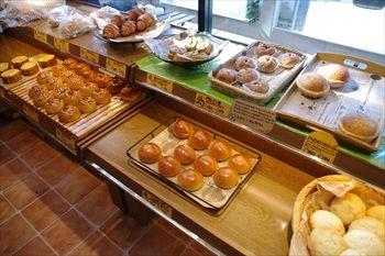 横浜港北区新吉田にあるパン屋「ひげのパン屋」の店内