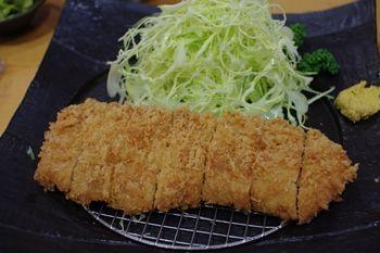 横浜白楽にある「とんかつ どーんとこい」のとんかつ定食