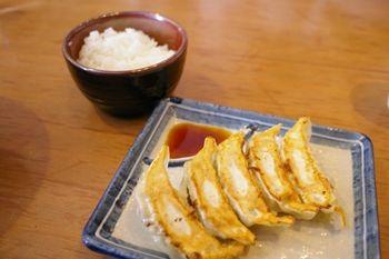横浜ベイクォーターにあるラーメン店「麺家 三士」の餃子