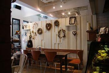 横浜石川町にあるカフェ「ナチュラルフーズカンパニー」の店内