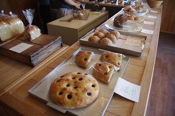 横浜山手にあるパン屋さん「ON THE DISH」の店内