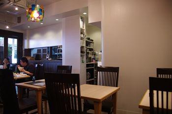 横浜仲町台にある定食屋さん「にじいろ食堂」の店内
