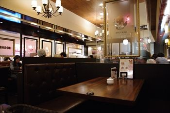 トレッサ横浜にあるカフェ「星乃珈琲」の店内