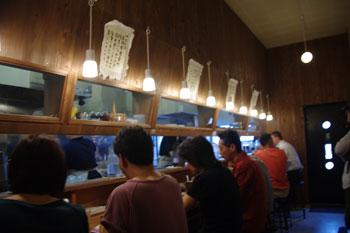 横浜東神奈川にあるつけ麺屋「イツワ製麺所食堂」の店内