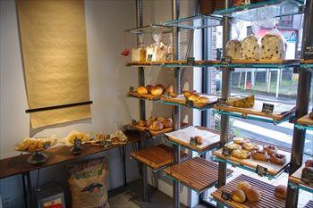 葉山にあるパン屋「ダブルサンドイッチファクトリー」の店内