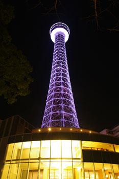 ライトアップされた横浜マリンタワー