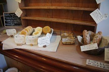 横浜本牧にあるパン屋さん「hatake 4968-12」の店内