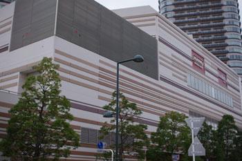 東急東横線武蔵小杉駅前にあるfoodium武蔵小杉の外観