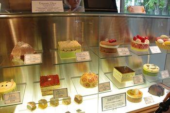 横浜たまプラーザのケーキショップ「ベルグの4月」の店内