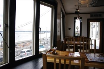 三浦海岸にあるベーカリーカフェレストラン「Wao」の店内