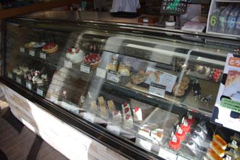 横浜仲町台にあるレストラン「アンファンス」のケーキ売り場