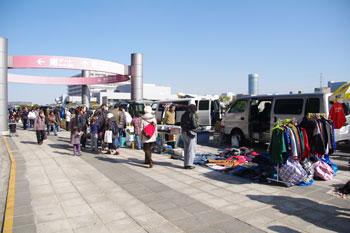 横浜小机にある競技場「日産スタジアム」のフリーマーケット