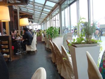 横浜赤レンガ倉庫のCafe Madu (カフェ マディ)店内