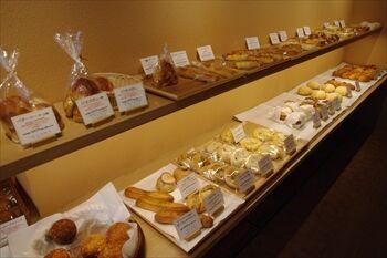 横浜大口にあるパン屋「ピノッキオ」の店内