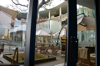 ららぽーと横浜にあるキャンドル・ライト・カフェのテラス席