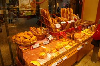 横浜みなとみらいにあるパン屋「ポンパドウル」の店内
