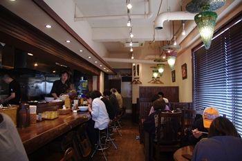 横浜北山田にあるラーメン店「老麺魂」の店内