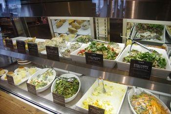 横浜ベイクオーターにあるカフェ「Cafe&Meal MUJI」の店内