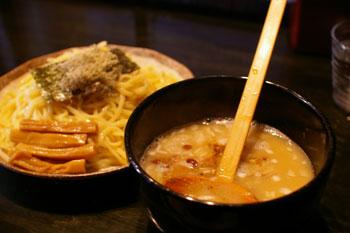 JR石川町駅近くにあるラーメン店「らぁめん こもん」のつけ麺
