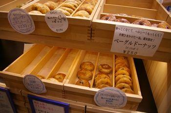 横浜東口のポルタにあるベーグルのお店「かもめベーグル」の店頭