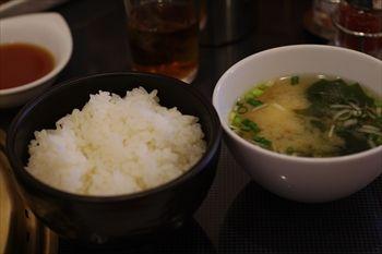 横浜関内にある焼肉屋「関内苑」のご飯とみそ汁
