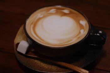 横浜黄金町にあるカフェ「カフェ ショコラ」のカフェラテ