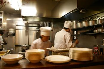 横浜元町にある洋食屋「洋食の美松」の調理場