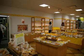 新横浜にあるおいしいパン屋「プリンスホテルベーカリー」の店内