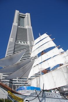 横浜みなとみらいのランドマークタワーと日本丸