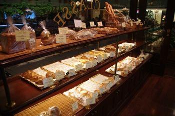 新横浜にあるパン屋「ブラッスリー ラ クラス」の店内