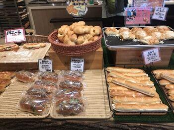 都立大学駅にあるパン屋「満寿屋商店」の店内