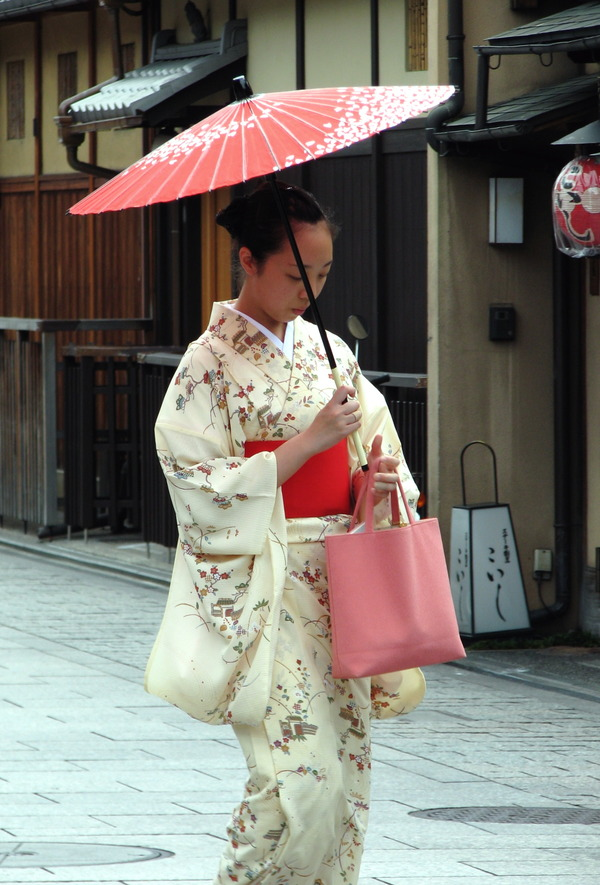 Kimono_lady_at_Gion,_Kyoto