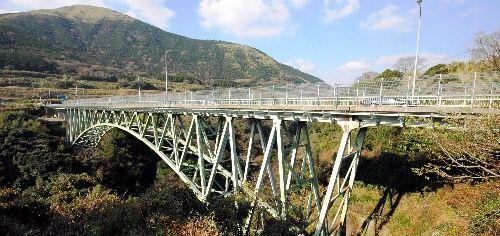 """「ここなら絶対に死ねる!」熊本地震で崩落した阿蘇大橋が""""投身自殺の名所""""だった理由が怖すぎる!"""