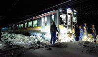 【JR信越線立ち往生】運転士が一人で除雪作業、乗客から「頑張れ!頑張れ!」とエール…ツイッターでの現場報告が話題に