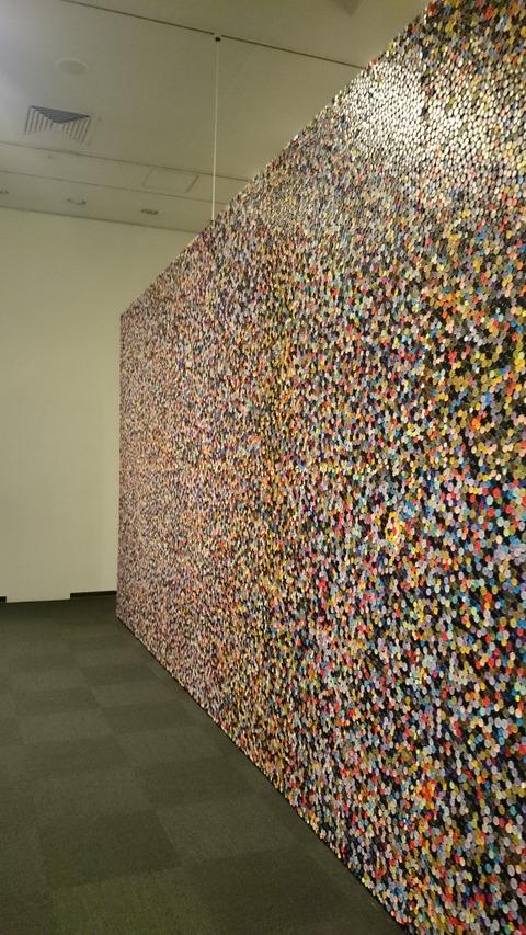 ポール・スミス展 上野の森美術館 ボタンの壁01