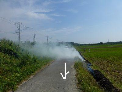 071 野焼きの煙の中を歩く