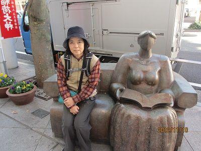 35 彫刻のベンチ(進行左)
