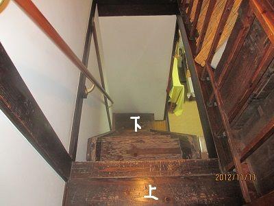 88 旅籠の階段(二階から)の眺め