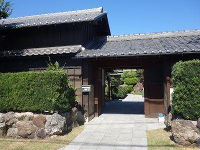 076 古い門構えの家