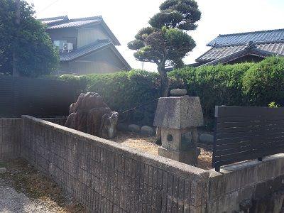 045 庭の片隅の石碑群