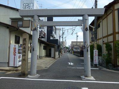 076 立坂神社鳥居・道に飛び出ている