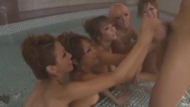 ギャルズで温泉入っていたら男が漂流してきたのでお仕置き手コキ抜き! 友田彩也香 尾上ライナ 他