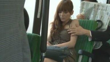 [JAV]バスでお出かけ中のRioさん、エスカレートする痴漢行為に抵抗しきれず挿入されてしまう! Rio