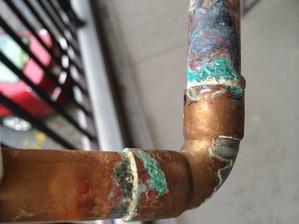 キッチン下部の銅管