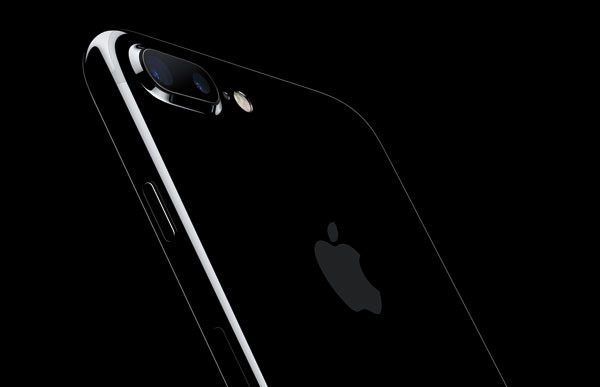 iPhone7Plus-JetBlk-34BR-LeanForward-OB_PR-PRINT