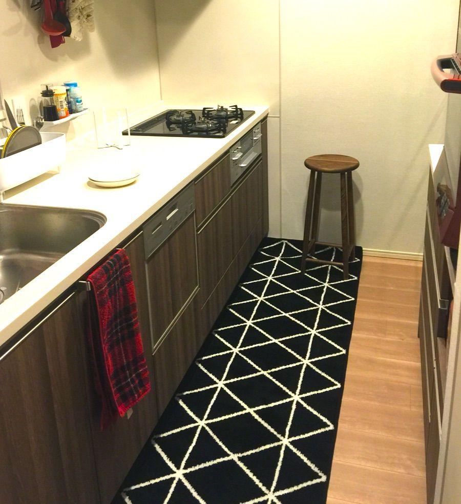黒いキッチンマットを敷いたら今までキッチン用にしていた無印良品の赤チェックのタオルがどうも合わないし重く見える気がして。