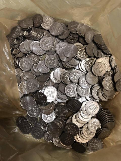 【画像】俺が1年以上貯めた100円玉を見てくれwwwwwwwwwwwwwwwwwww